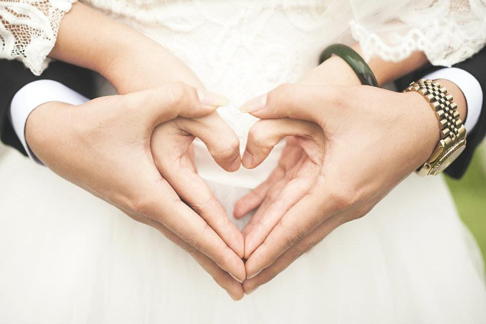 なぜ結婚指輪は左手薬指?ペアリングの場合は?つける指で変わる意味
