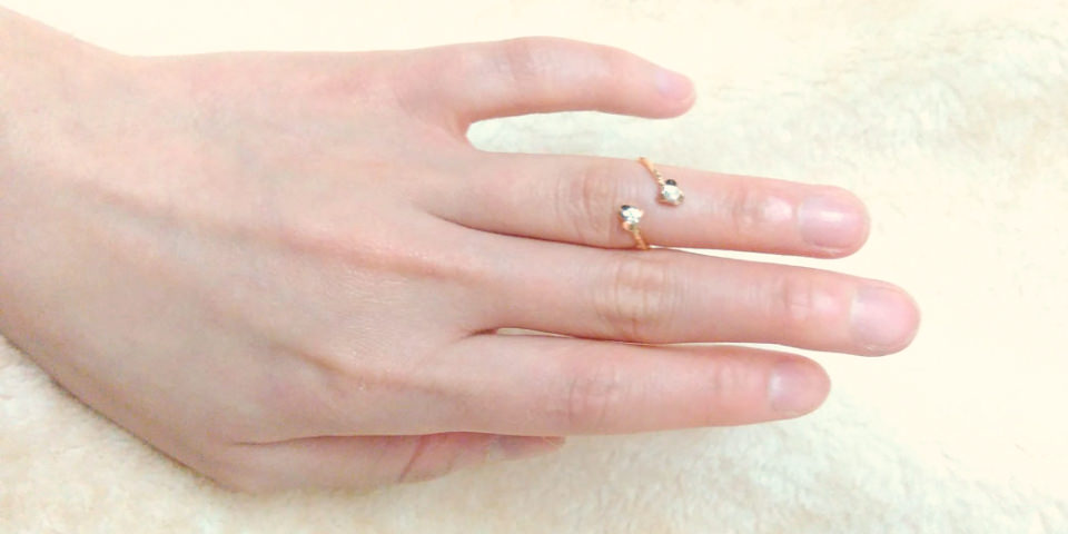 ファランジリングを左手薬指の第一関節と第二関節の間に着けた画像